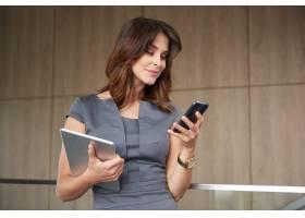 拥有手机和数字平板电脑的现代女性_13251532