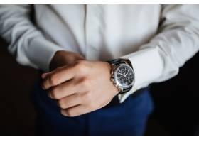 排练准备新郎的手表在手边_2454995