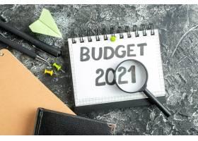 用钢笔和放大镜在深色表面上顶视预算单大学_13340892