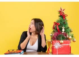 新年心情漂亮的女商人坐在办公室的桌子旁_13407417