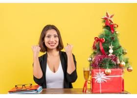 新年的心情美丽快乐微笑的女商人展示_13407444