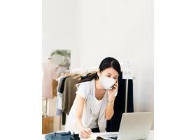 日本女性在新常态中戴口罩_13311635