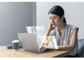 日本妇女在家中工作开始新的正常生活_13301020