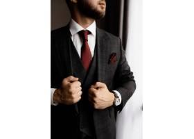 留胡子的男人穿着时髦的燕尾服打着红色的_7251147