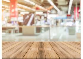 木板空桌模糊了背景在百货商店里透视棕_1381340