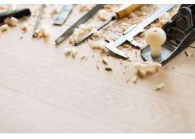 木桌背景上的木工工具_5400195