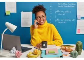积极的黑皮肤女孩打电话讨论改进和发展业_12930536