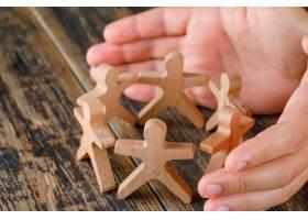 木质桌面上的商业成功理念保护木质人像的_9426579