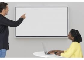 空白投影屏与同事一起开会智能技术_13301581