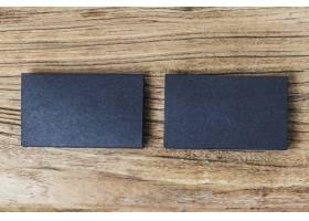 木质背景上一叠空白的黑色名片_1156814