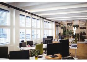 空荡荡的办公场所有桌子椅子和电脑_1006055