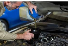 机械师给汽车发动机加油_1005224