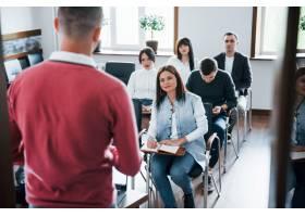 穿着红色衬衫白天在现代教室里参加商务会_9694506