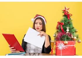 穿着西装戴着圣诞老人帽和新年装饰品的商_13405806