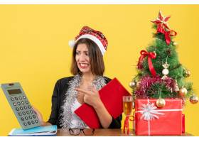 穿着西装戴着圣诞老人帽和新年装饰品的商_13405823