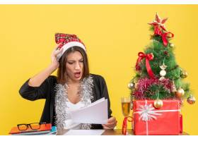 穿着西装戴着圣诞老人帽子和新年装饰品的_13405831