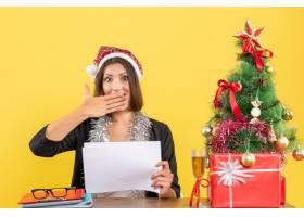 穿着西装戴着圣诞老人帽子和新年装饰品的_13405841