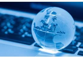 笔记本电脑上的玻璃世界的商业概念_5508046
