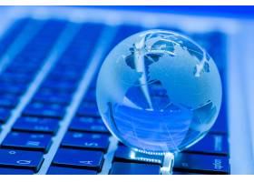 笔记本电脑上的玻璃世界的商业概念_5508047