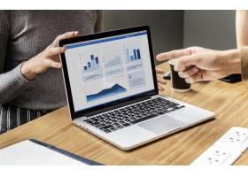笔记本电脑屏幕上的业务演示文稿_2755648