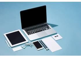 笔记本电脑笔电话桌上空白屏幕的便条_7764841