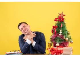 正面怒气冲冲的男子双手勒死自己坐在圣诞_13361471
