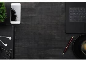 工作场所有智能手机笔记本电脑放在黑色_7760405