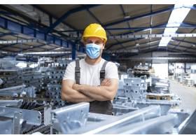 工厂工人身着制服和安全帽戴着口罩在工业_11030727