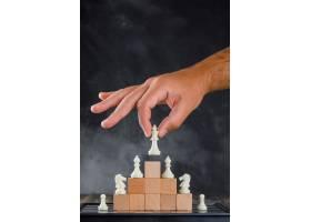 带棋盘侧视的商业成功概念一个人把人物放_9426581