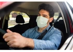 年轻人在上班路上开车时戴着口罩的肖像交_13414768