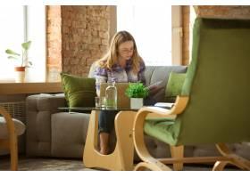 年轻女子在家中自学在线课程或免费信息做_13348919