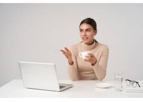 年轻漂亮的深色头发的女商人正在与同事开会_12233892