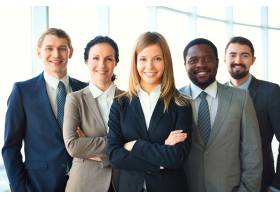 年轻的女商人和同事在一起_860260