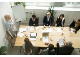 年迈的资深女商人在多种族团体办公室会议上_3954461
