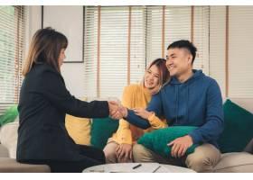 幸福的亚洲年轻夫妇和房地产经纪人_3521654