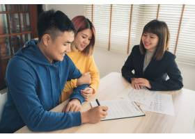幸福的亚洲年轻夫妇和房地产经纪人_3521657