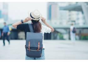 微笑的女人走在户外年轻的女士欣赏着城市_4833388