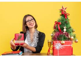 微笑的女商人戴着眼镜展示着她的礼物_13408360
