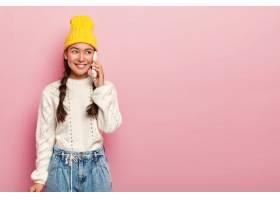 快乐的亚洲女人通过智能手机交谈愉快的交_12838424