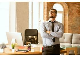 成交一位年轻的商人在办公室工作正在寻_11530130