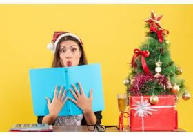 商务女士戴着圣诞老人帽戴着新年装饰品_13405839