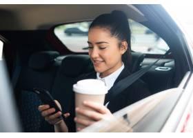 商务女性在开车上班的路上使用手机的肖像_12682361