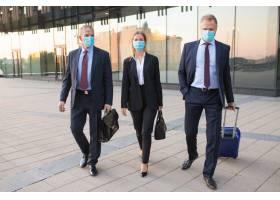 商务游客戴着口罩参观外国合作伙伴办公室_9648949