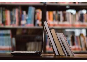 图书室内的笔记本电脑和关于工作场所的书籍_3737799