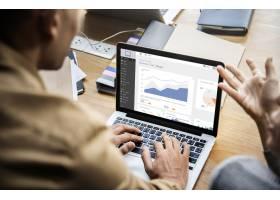 在会议中使用笔记本电脑工作的人员_3532662