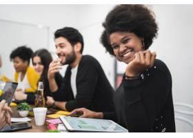 在办公室工作的自信的美国黑人女商人经营_10928875