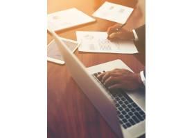 在工作场所用手在键盘上打字的特写镜头_1025811