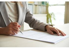 在文件上签名的面目全非的女子的剪裁的中段_5698745