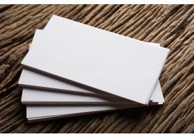 在木质背景上展示企业身份的空白白色名片_1275525