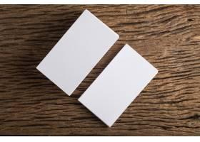 在木质背景上展示企业身份的空白白色名片_1275542